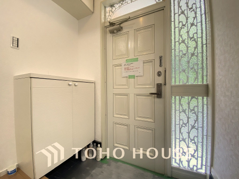 白を基調とした明るく優しい雰囲気の玄関、家族の帰りを暖かく迎えてくれます