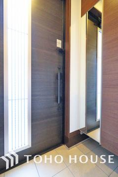 玄関には大きな鏡が付いておりお出かけ前の身だしなみチェックに便利です