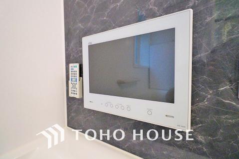 大型浴室TV付きの、ゆったりとくつろげる空間のバスルーム