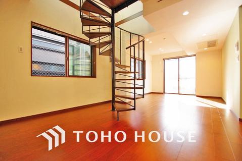 重厚感のある螺旋階段付き、LDK約21帖。広さのある空間はご家族で過ごすのに最適です