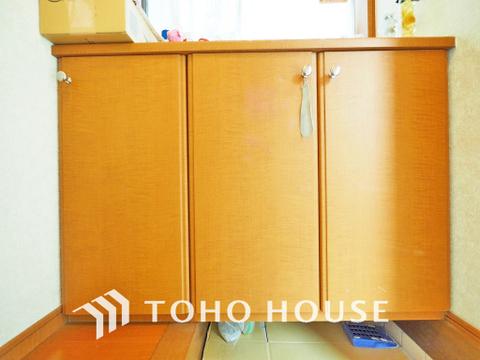 玄関には充実の収納スペースがあり、ご家族分の履き物も収納できます