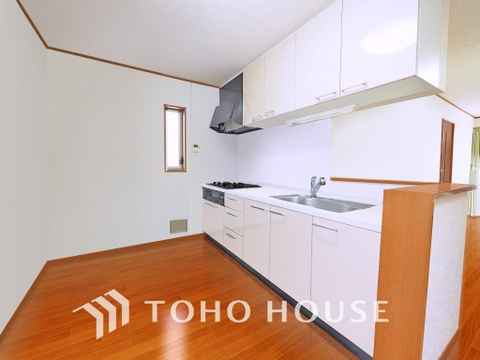 シンプルな部屋の雰囲気に溶け合うナチュラルキッチン(現地には家具があります)