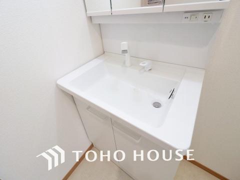 白を基調とした清潔感のある洗面室で朝の身支度も快適に