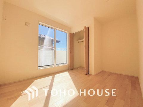 暖かい陽射しがさしこむ洋室は広々空間、大きめの家具がおけます