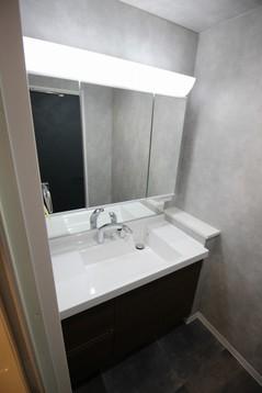 ワイドな鏡を備えた洗面化粧台