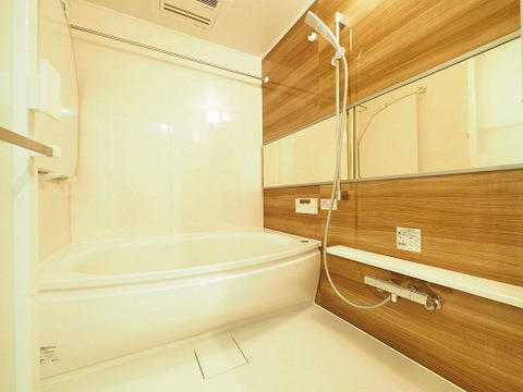 ワイドな鏡が広がる浴室