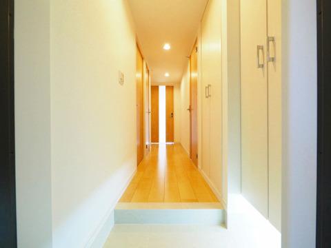 リビングへと続く廊下