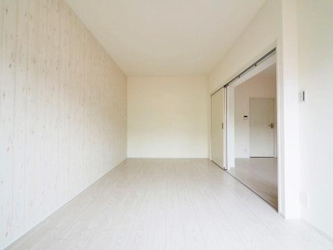 リフォームされた白い壁は清潔感がありますね
