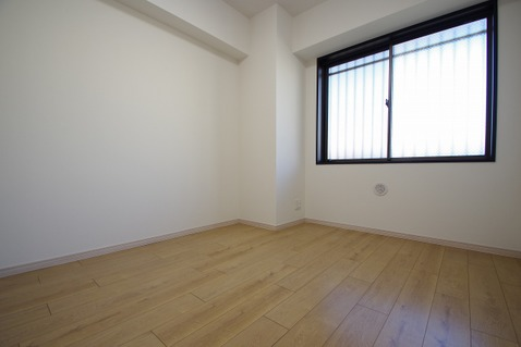 洋室約5.0帖 優しい色合いのフローリング張られた洋室