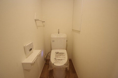 リフォームされたトイレは、白い壁により清潔感がありますねリフォームされたトイレは、白い壁により清潔感がありますね