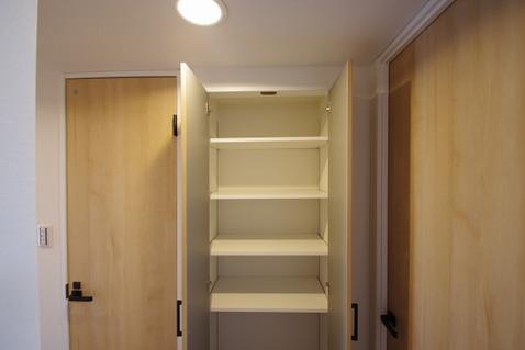 廊下にも収納スペースを設け、使わない季節モノ等の収納でも○