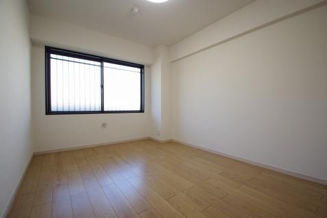 洋室約7.0帖 リフォームによりハウスクリーニングされた白さが特徴のお部屋