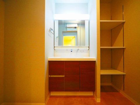 洗面化粧台の横には収納スペースご用意しております