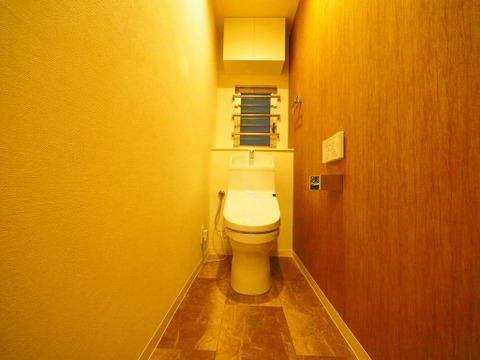 左右の壁紙が違うデザイン性のあるトイレ