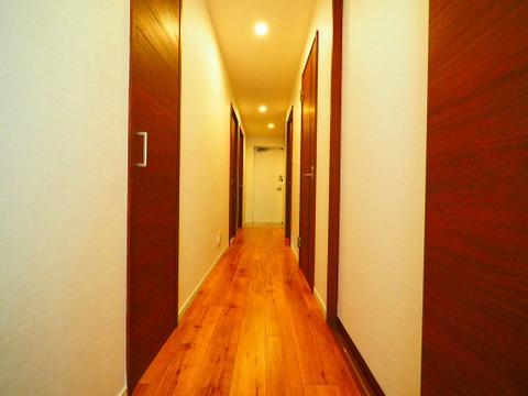 優しい色合いのフローリング張られた廊下
