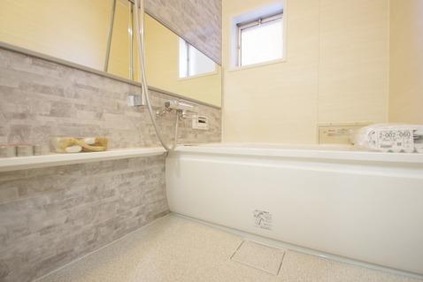 空気がこもってしまわないよう浴室には小窓設置で通気性も○