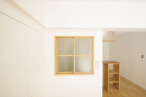 玄関とリビングの間のおしゃれな窓