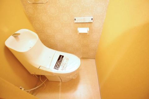 お洒落な壁紙のトイレは落ち着ける空間