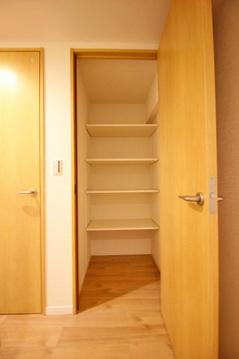 廊下にも収納スペース完備
