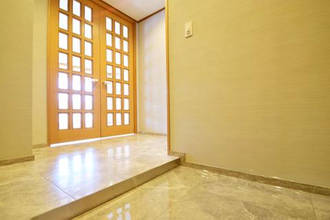 広々とした玄関は大理石が施され、贅沢な空間です