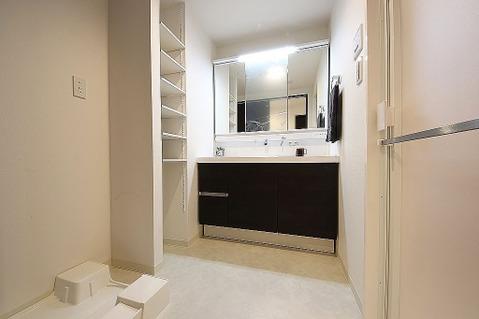 便利な収納棚付きの洗面室