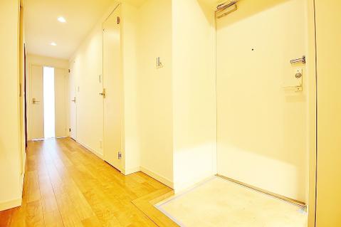 廊下には大きな靴箱と物入れがあり、家族分も収納できますね