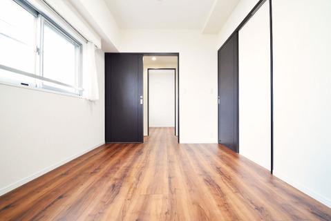 6.0帖洋室 サービスバルコニーに面しており、明るい居室です