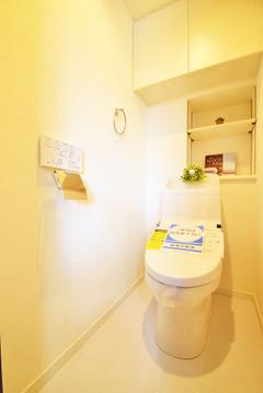 新規交換済みで気持ちのいいトイレ。上部に収納があるのでいつでもすっきりと