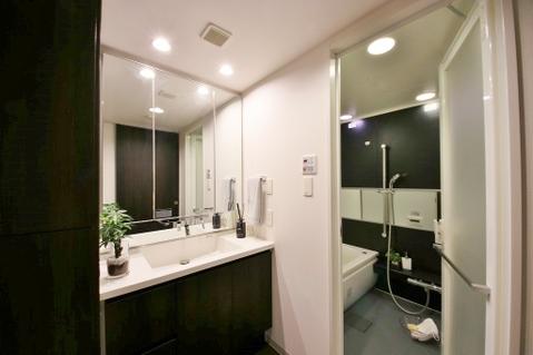 清潔感のある洗面室で朝の身支度を