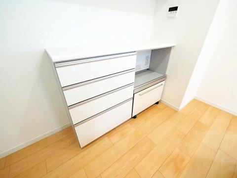 便利なカップボードは食器などを綺麗に整頓できる収納スペース