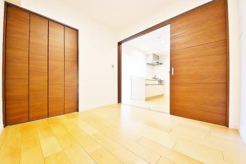 キッチン横の洋室約4.2帖 収納スペース有り