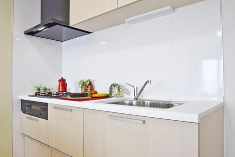 親しみやすい印象を与える色のキッチンで楽しくお料理を