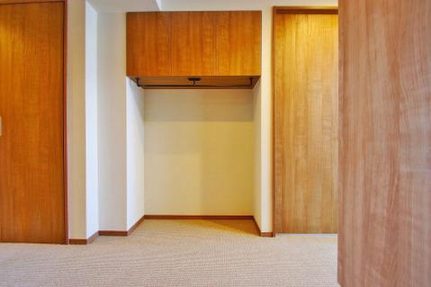 玄関前には脱いだコートがそのままかけられる収納スペースが