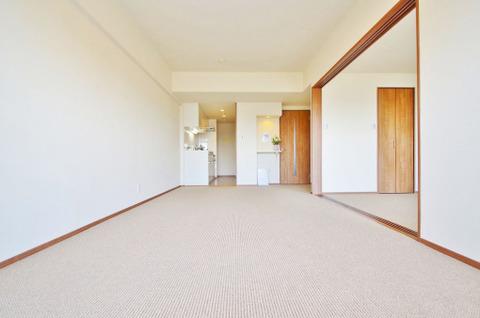 洋室との間の引き戸を開ければつながった一つの空間に