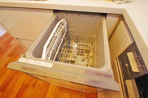 ビルトイン式食洗機完備のシステムキッチンで食後もゆったり