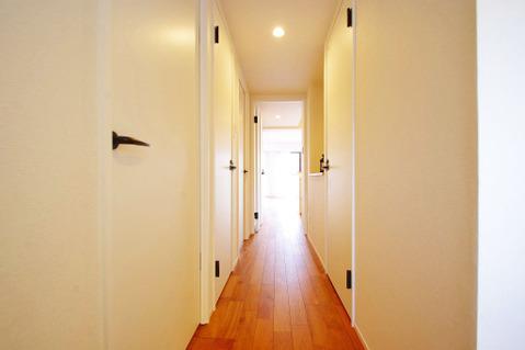 白の建具により、すっきりっとした印象の廊下