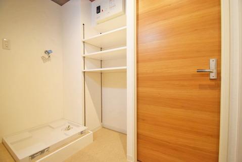脱衣所にはタオルなどを収納できる便利な棚が設けられています