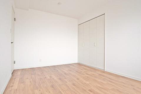 5帖洋室 こちらのお部屋もバルコニーに面しています
