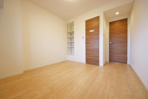 備え付けの棚が素敵な6.7帖洋室