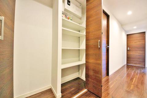 廊下にも豊富な収納スペース