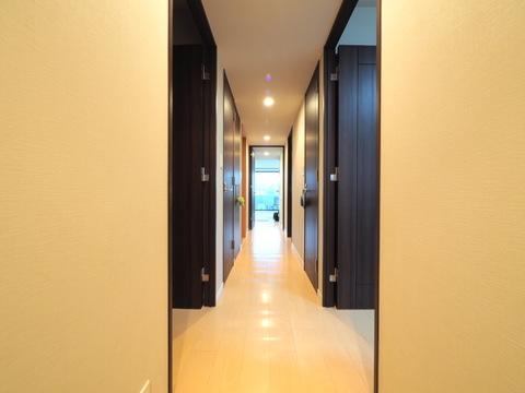 白と黒のコントラストが素敵な廊下
