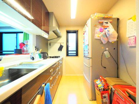 窓付きの明るく、換気性のあるキッチン