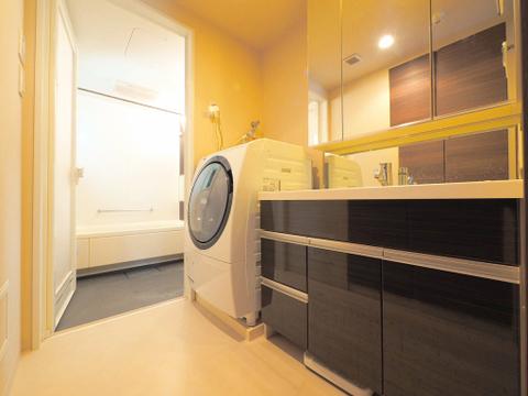 広々とした洗面室にはドラム式洗濯機も置いていただけます