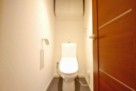 色を基調とした清潔感のあるトイレ