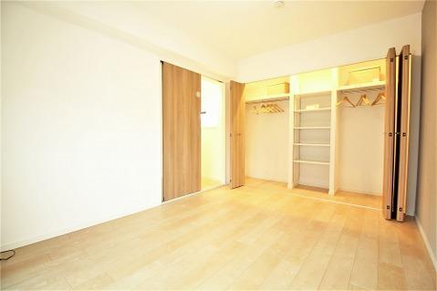 6.9帖洋室 大容量のシステム収納を設けた広々としたお部屋は主寝室にピッタリです