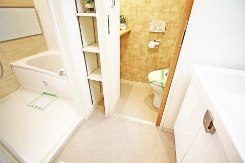 洗面室にも備え付けの収納が設けられており、いつでもすっきりとした室内に