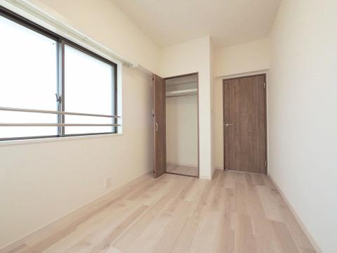 洋室約8.2帖 収納スペース付き