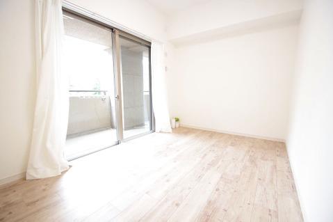 5.0帖洋室 全居室、バルコニーに面した贅沢な造りになっています