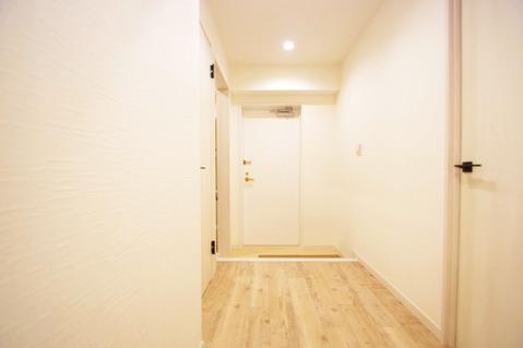 張替え済みのフローリングが気持ちのいい室内(廊下部分)