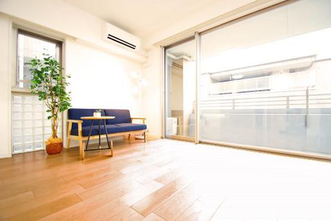 窓が大きいリビングルームは採光も十分~家族団らんの空間にピッタリです